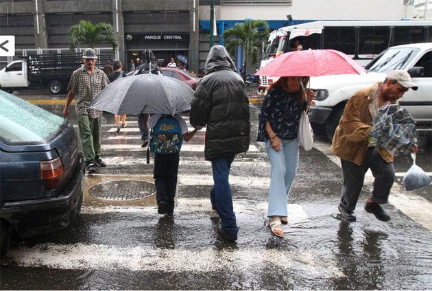 Las lluvias en Caracas anegan las calles y existen riesgos de desbordamiento del Guaire