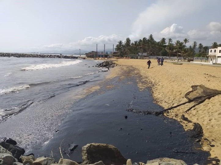 Derrame de combustible en Palma Sola, Carabobo, afectó vida marina y a toda la comunidad