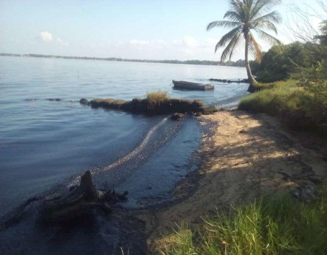 Denuncian derrame petrolero en la Costa Oriental del Lago de Maracaibo