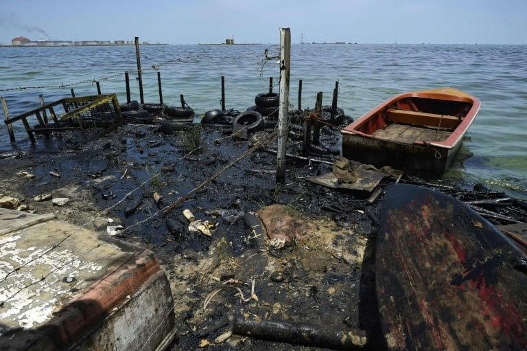 Pescadores denuncian constantes derrames de crudo en Lago de Maracaibo