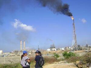 Imagen No.1. Mechurrios en Cardón y sus proximidades a la comunidad. Fuente: Provea. http://www.derechos.org.ve/2012/12/12/enna-medina-afectada-de-la-industria-petrolera/dsc03429/